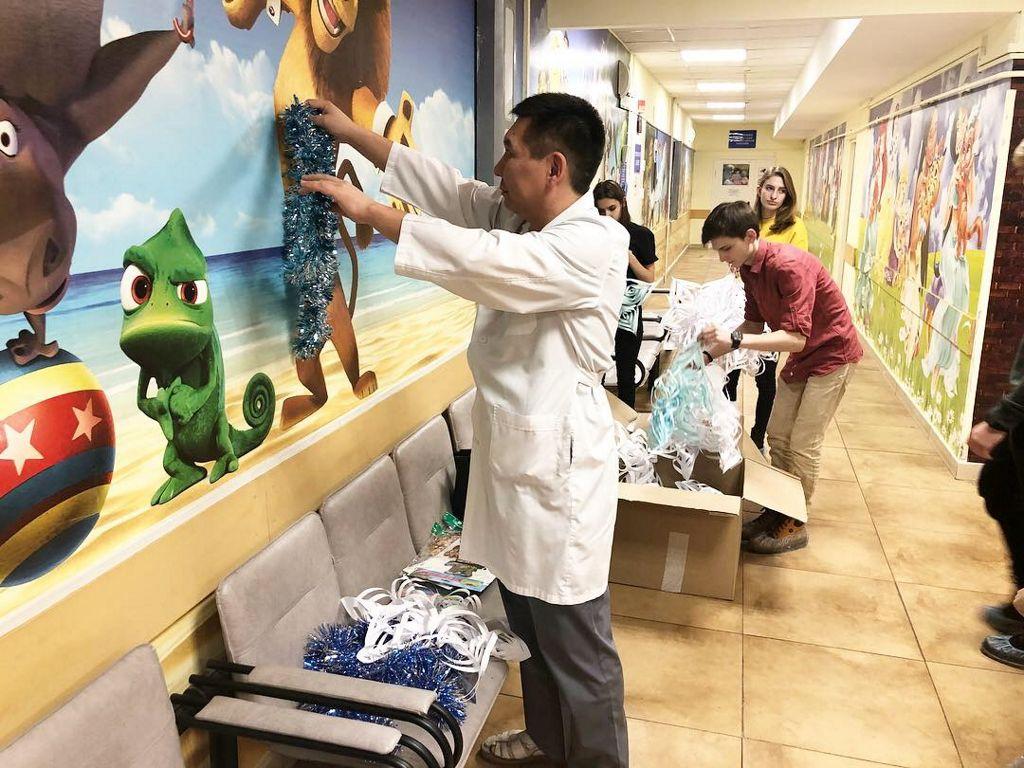 На протяжении 3-х лет волонтеры старшеклассники медицинского класса школы №2097 проводят акцию «Новогодняя сказка»