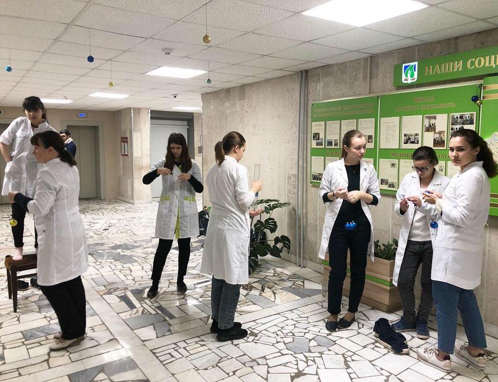 Волонтеры школьники из медицинского класса школы №1286 приняли участие в новогоднем украшении отделений больницы