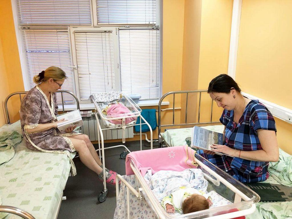 с родителям маленьких пациентов провели беседу и вручили книги «Три главных года»