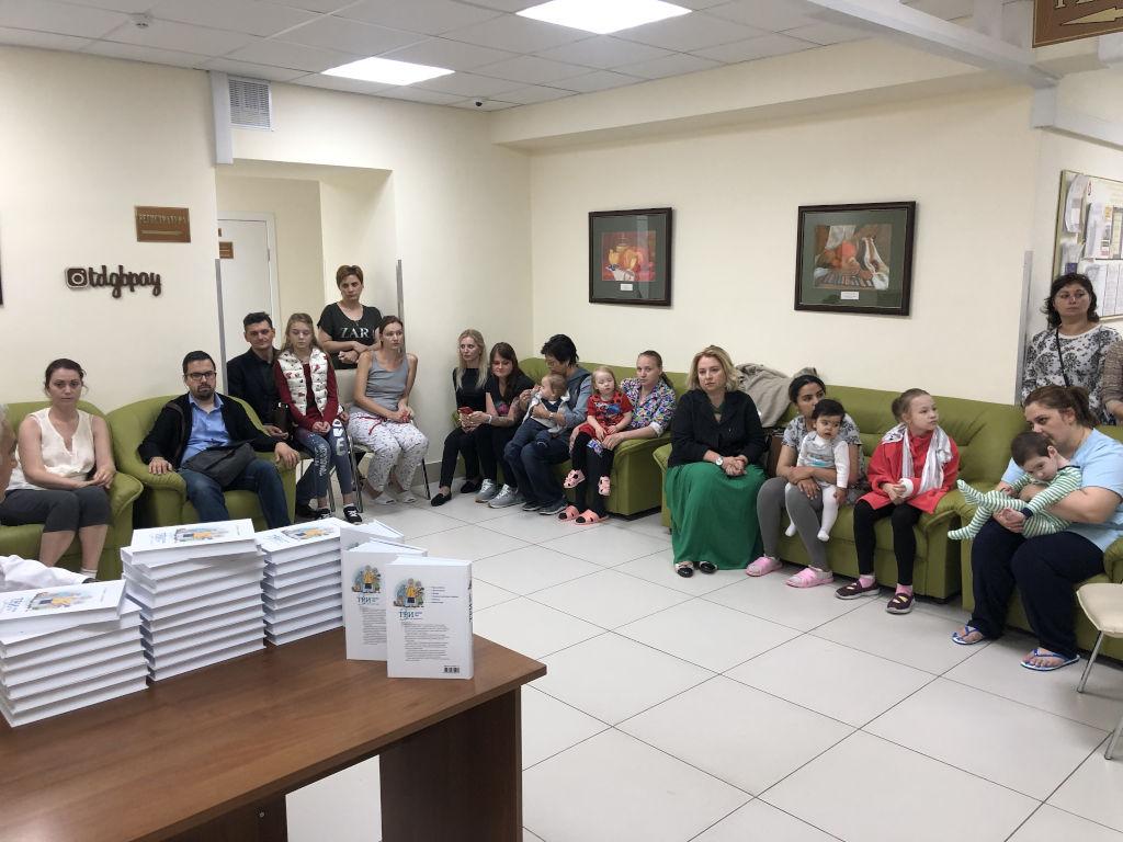Сегодня мы подарили нашу книгу «Три главных года» всем мамам, находящимся на лечении в отделении патологии новорождённых больницы.