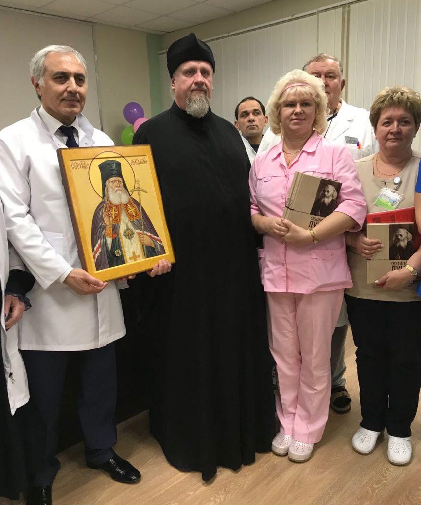 Отец Василий привез в дар больнице икону с мощами Святого Луки