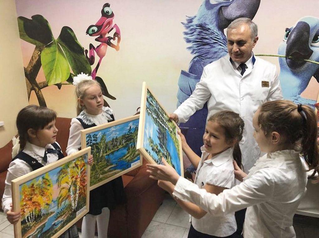 13 декабря 2018 года маленькие волонтеры школы №2097 подарили больнице художественные картины, выполненные своими руками.