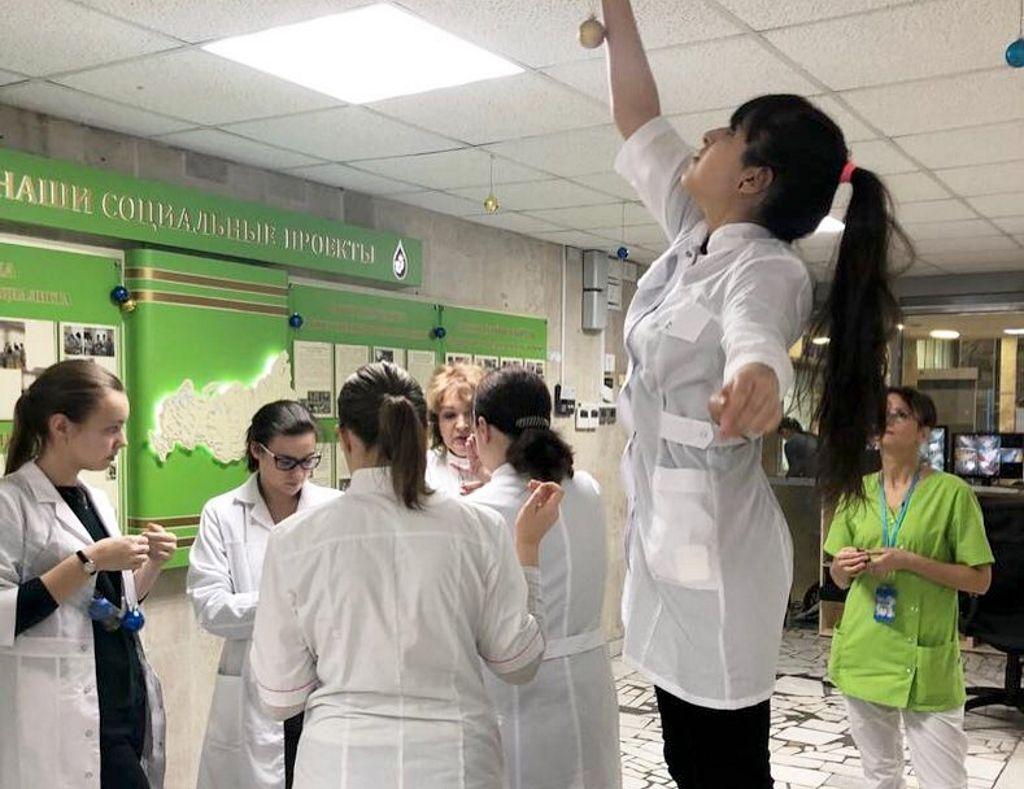 Волонтеры школьники из медицинского класса школы №1286 приняли участие в новогоднем украшении отделений больницы, а также поздравлении детей.