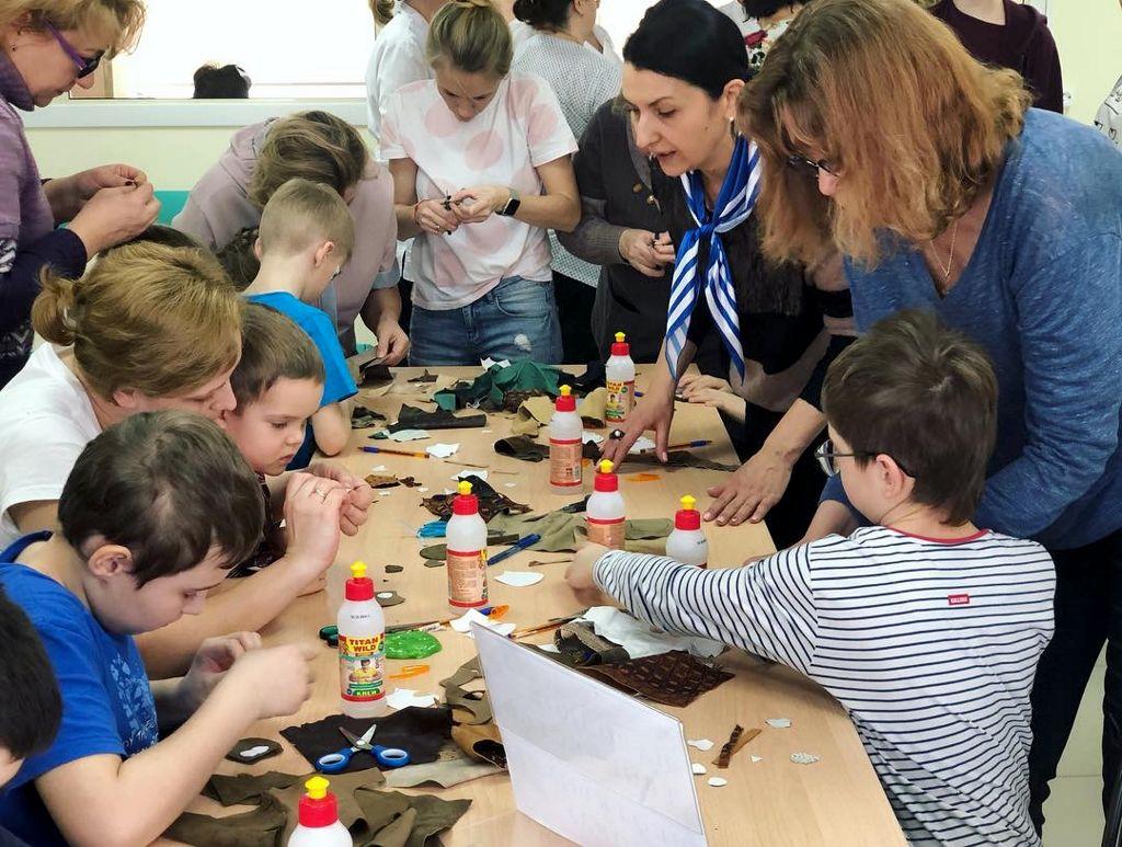 мастер-класс, на котором дети делали брелки из кожи