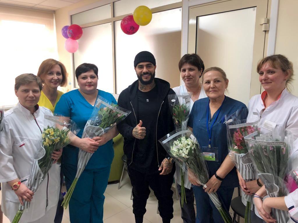 известный артист, кумир миллионов Тимати посетил нашу больницу с подарками для наших маленьких пациентов