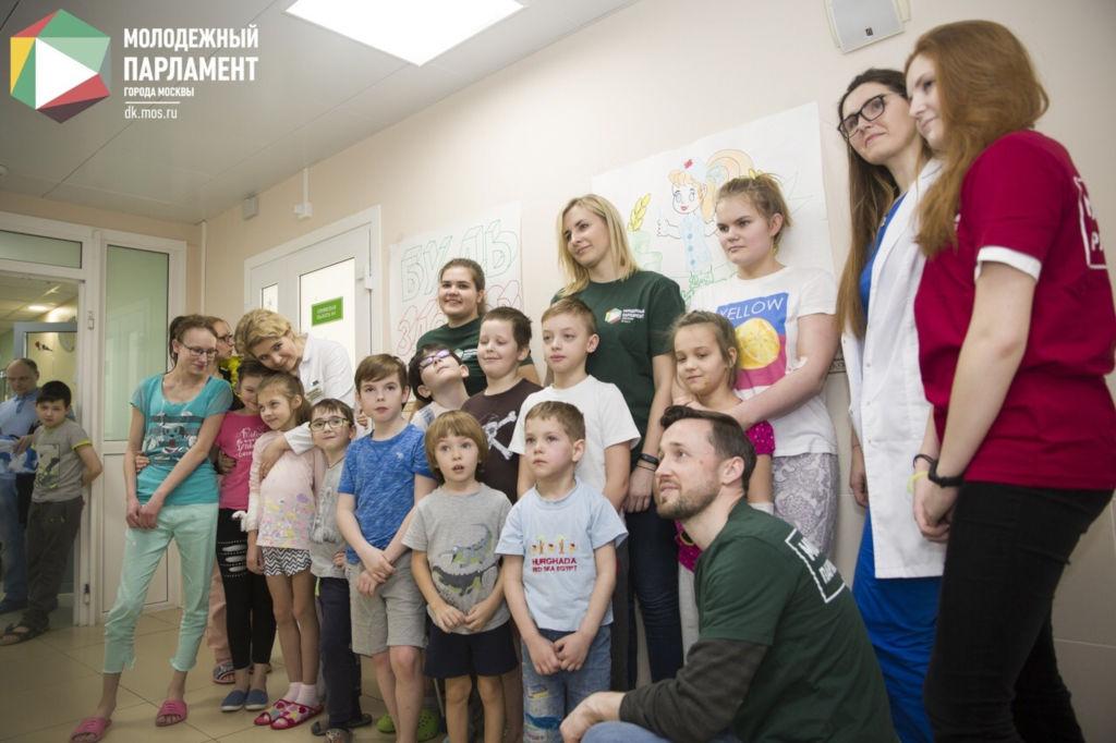 В рамках Всероссийской акции «Будь Здоров!» молодые парламентарии Москвы посетили наших маленьких пациентов и вместе с нашими сотрудниками провели для них физическую зарядку.