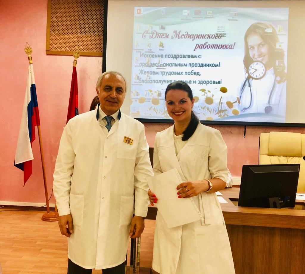 13 июня состоялась торжественная общебольничная конференция, посвящённая Дню медицинского работника. Главный врач поздравил всех сотрудников с профессиональным праздником и поблагодарил за хорошую самоотверженную работу.