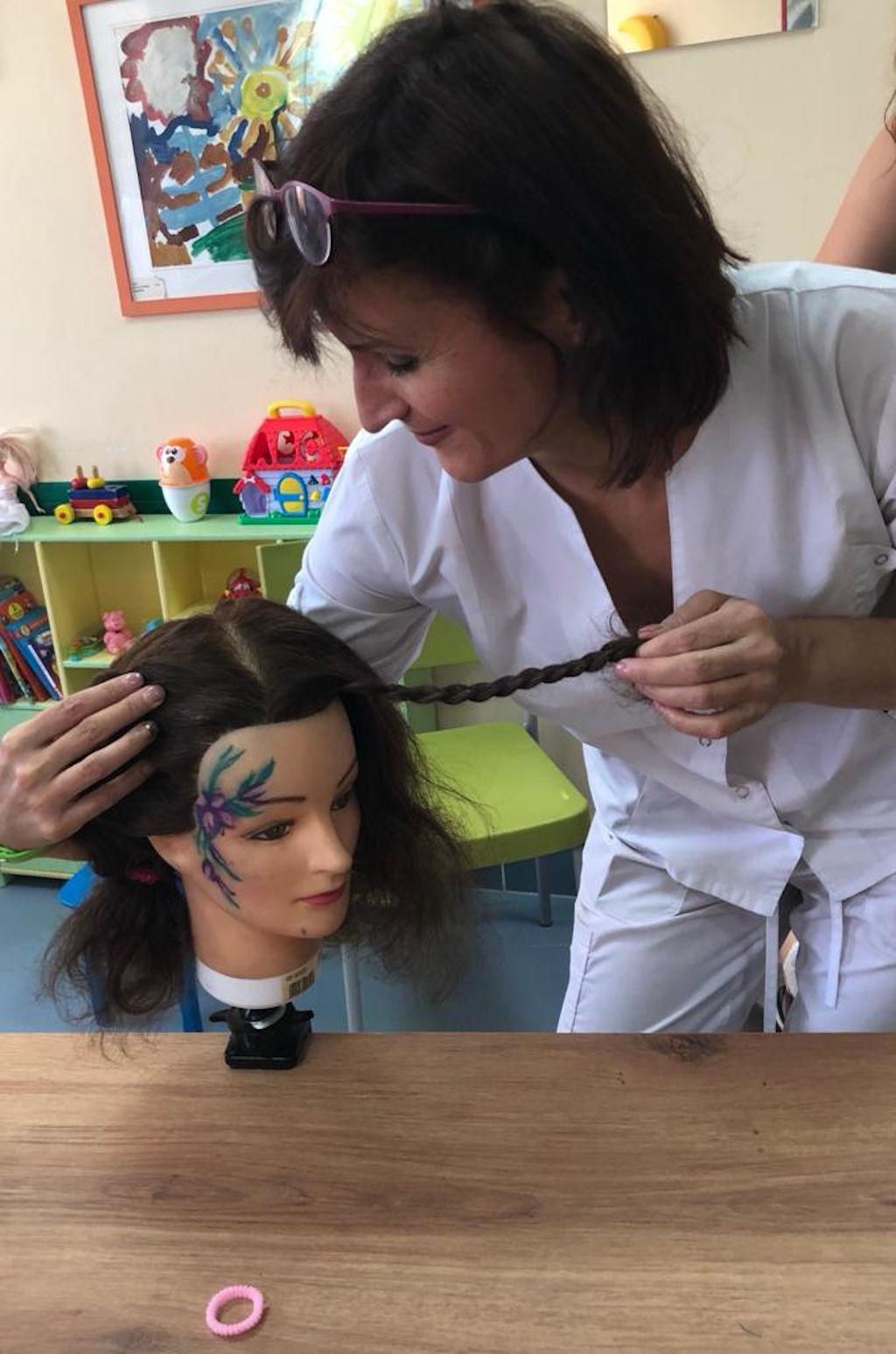 Сегодня в нашей больнице в рамках проекта «Культурное наследие детям» состоялся мастер-класс «Стильные косички», который провели преподаватели школы № 2097.