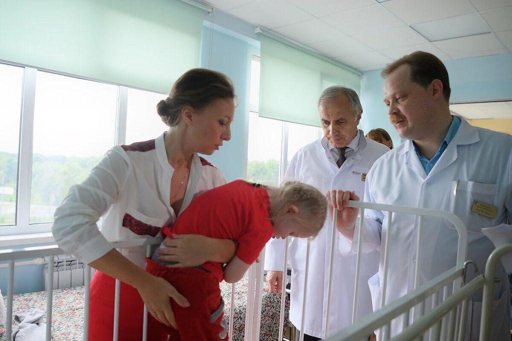 Сегодня из больницы мы выписали девочку с тяжелым врожденным пороком развития центральной нервной системы: гидроцефалия и врожденная спино – мозговая грыжа огромных размеров.