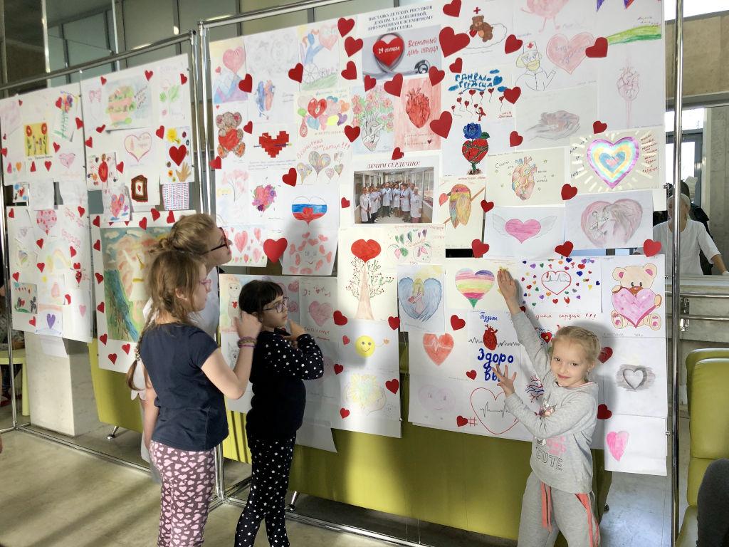 выставка детских рисунков на тему: «Счастливое и здоровое сердце»