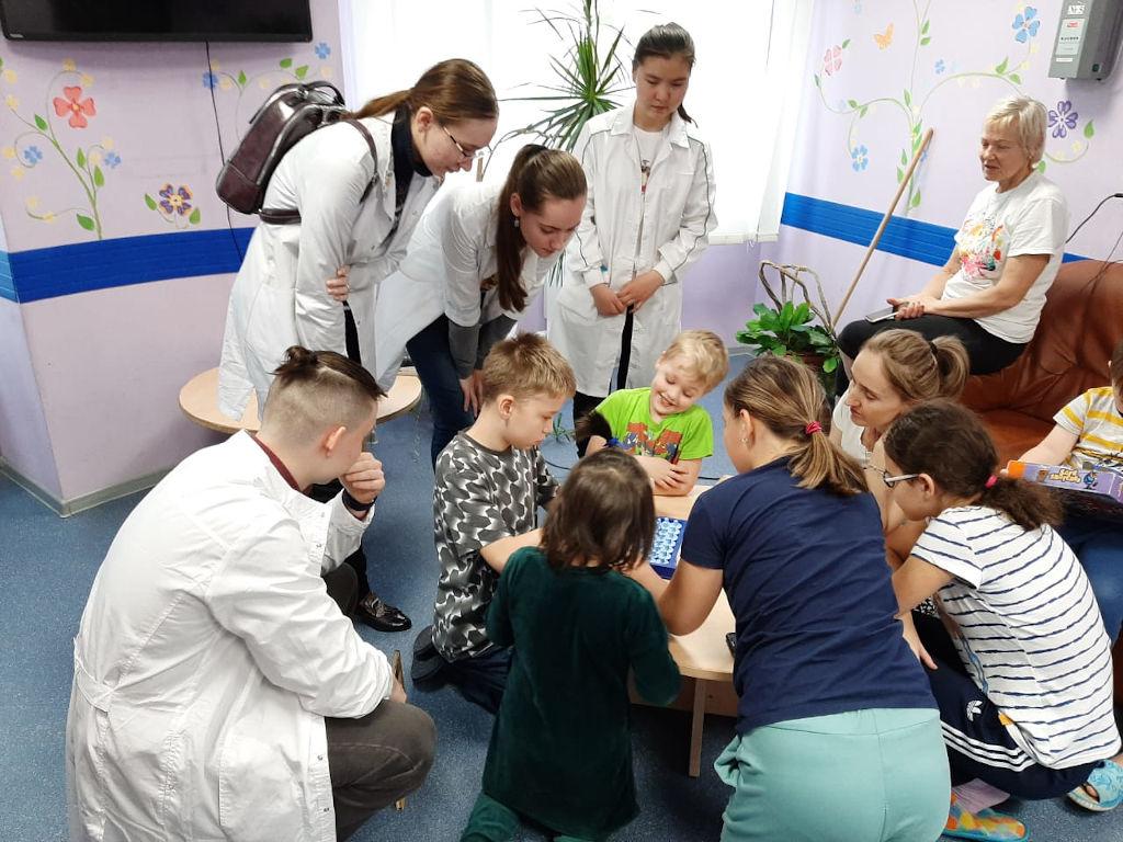19 ноября 2019 г. старшеклассники школы № 1517 и 2097 посетили 7 отделений нашей больницы