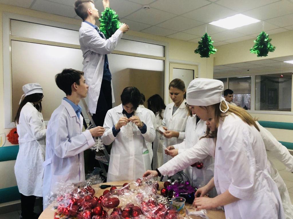 юные медики школы №1298 украсили игровую зону нейрохирургического отделения новогодними гирляндами и сами изготовили многие украшения