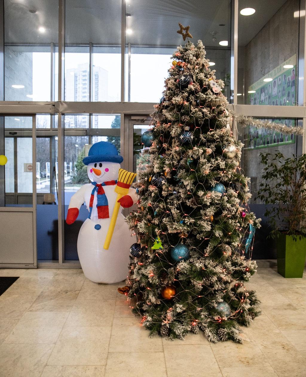 """В рамках благотворительной акции """"Свет праздника"""" компания @gkprofelectro подарила нашей больнице новогоднюю иллюминацию, которая теперь радует детишек, находящихся у нас на лечении."""