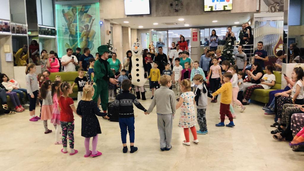 Сегодня к нам в гости пришли знаменитая и популярная телеведущая Арина Шарапова и общественный деятель Светлана Астахова, которые организовали для деток праздничное театрализованное новогоднее мероприятие