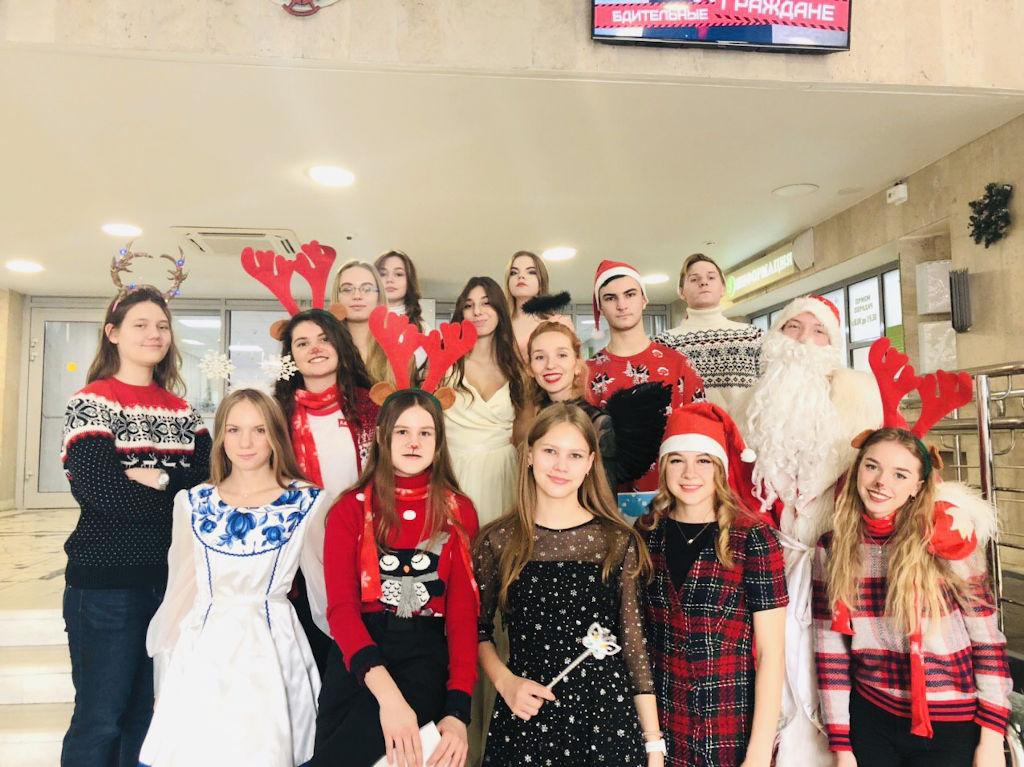 20 декабря к нам в больницу пришли ученики медицинского класса школы № 1298 и провели для детей новогоднее представление