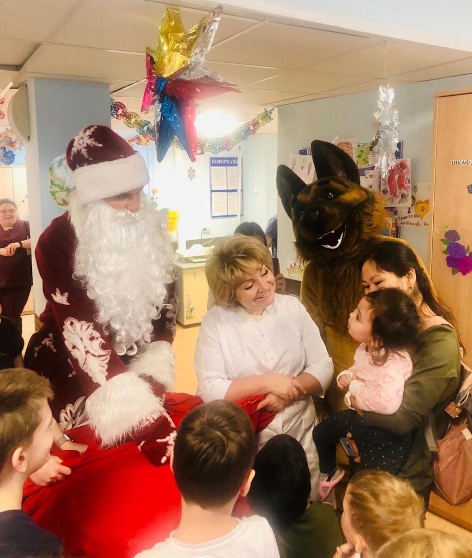 В преддверии Нового года сотрудники городской клинической больницы имени А.К. Ерамишанцева с Дедом Морозом и Снегурочкой провели новогодний утренник для маленьких пациентов в нашей больнице.