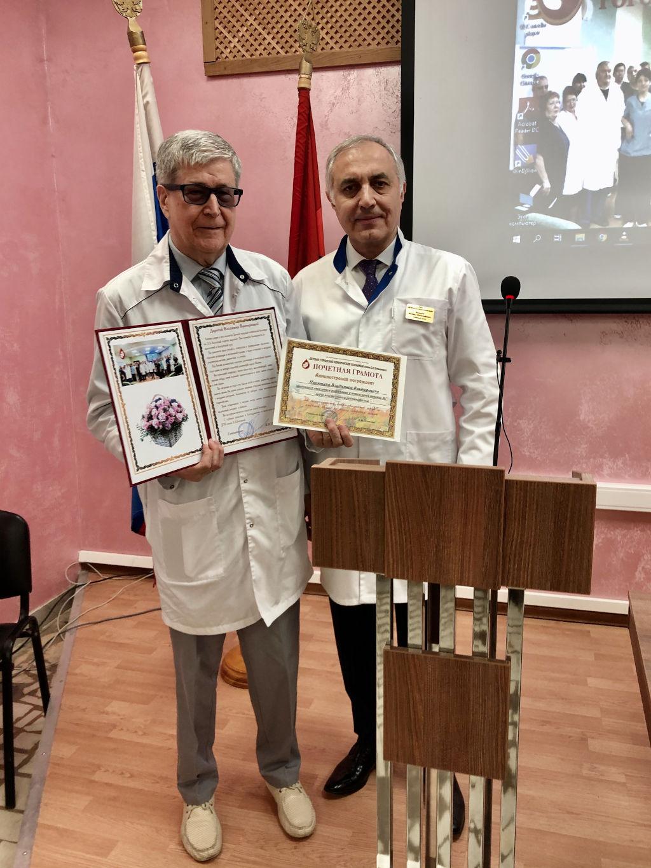 Сегодня на общебольничной конференции мы чествовали заведующего отделением реанимации и интенсивной терапии Никитина Владимира Викторовича, который четверть века возглавлял отделение, а сегодня уходит на заслуженный отдых.