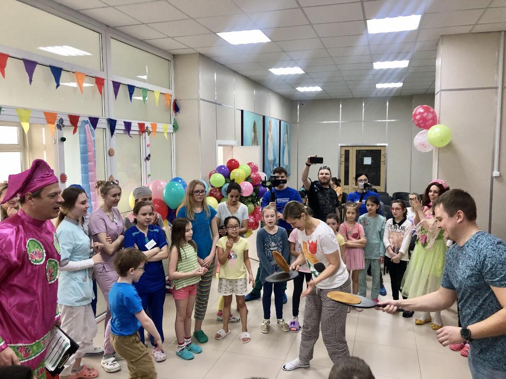 Сегодня сотрудники нашей больницы и Национальный центр помощи детям провели для детей очередное праздничное мероприятие, посвящённое масленице