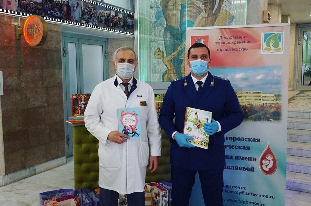 Сегодня Прокурор СЗАО г. Москвы Никифоров Р.Г. поздравил детей больницы с Международным Днём защиты детей и привёз нашим пациентам в подарок большое количество книг для детей всех возрастов.