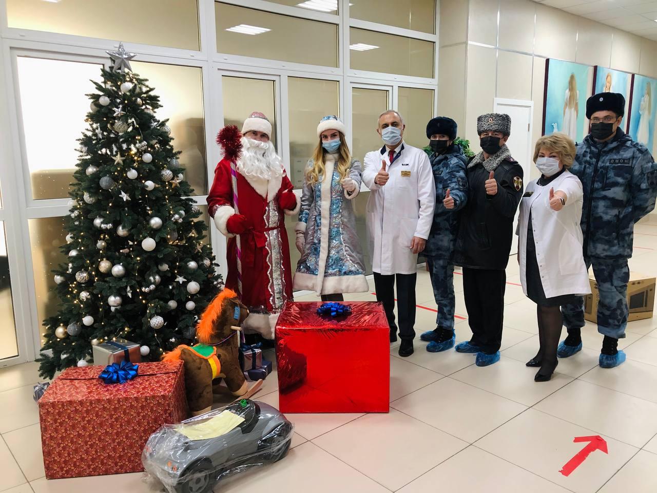 Московские росгвардейцы поздравили маленьких пациентов городских больниц с наступающим Новым годом
