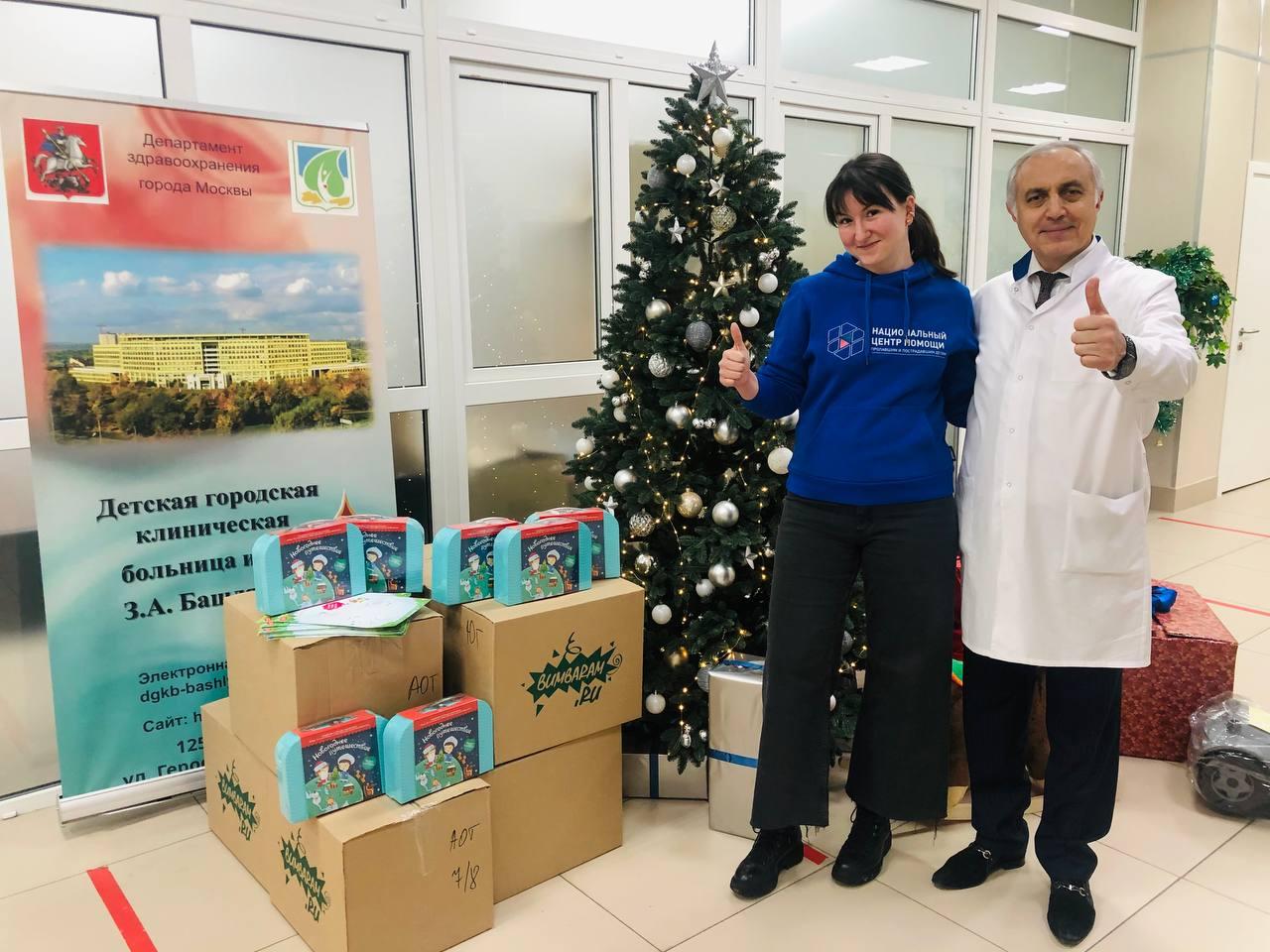 Сегодня в нашей больнице прошло еще одно новогоднее мероприятие для детей, которое провели ученики Курчатовской школы. Ребята привезли для маленьких пациентов свои творческие и другие подарки.