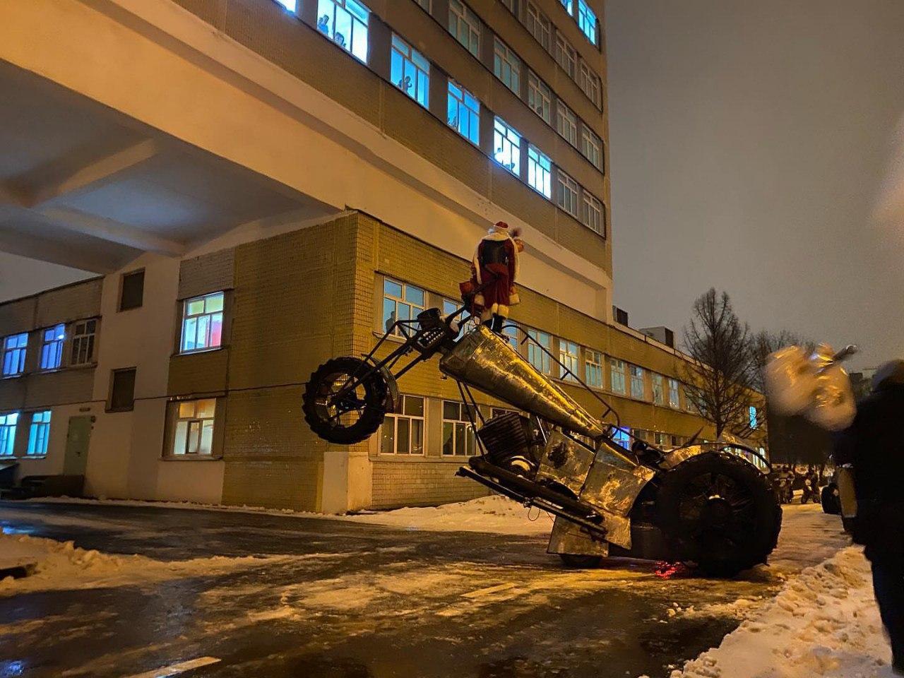Сегодня, 31 декабря, под занавес последнего дня уходящего 2020 года в больнице прошло ещё одно грандиозное мероприятие, которое провели наши друзья байкеры из Ночных Волков и БФ «Мотомилосердие»
