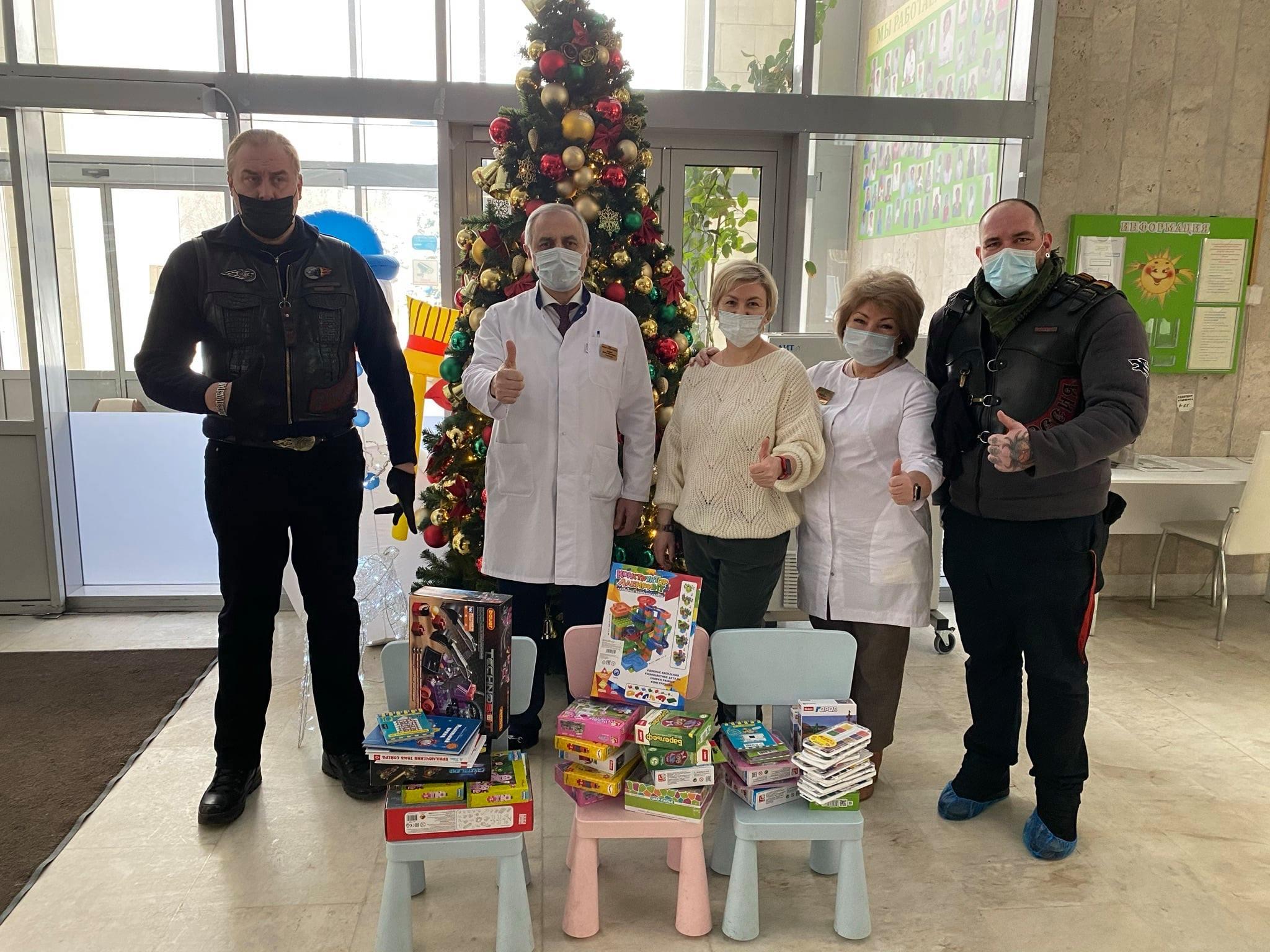 Сегодня в очередной раз нашу больницу посетили наши друзья Ночные Волки и привезли новогоднее подарки для детей.