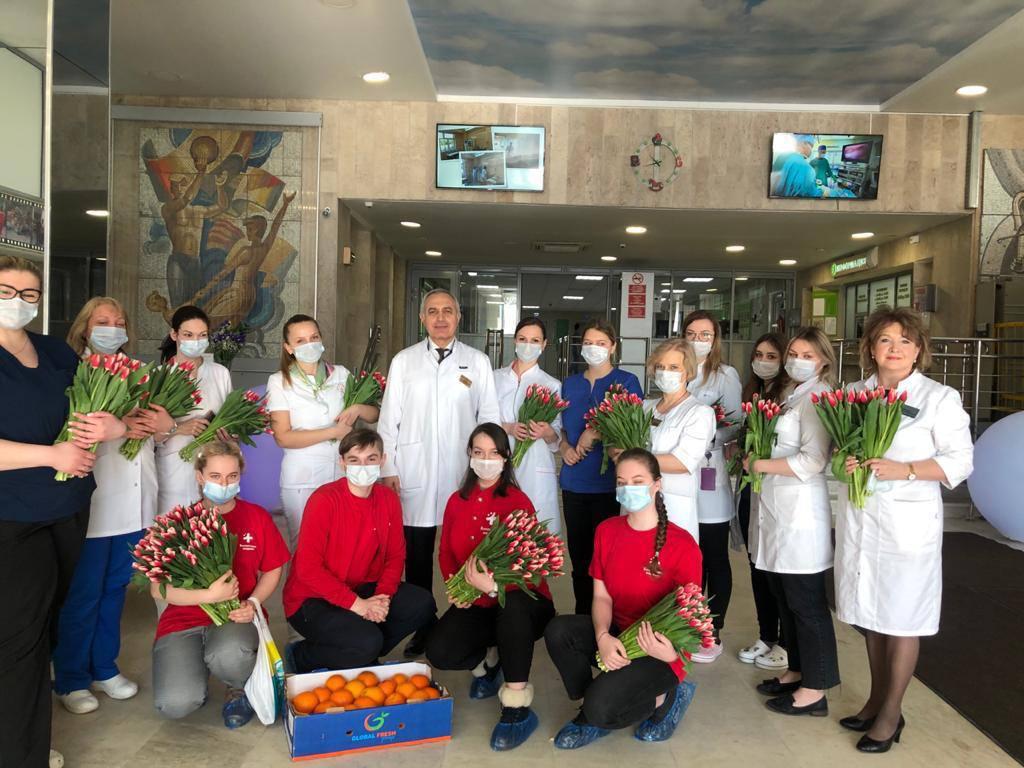 Департамент здравоохранения города Москвы совместно с волонтерами-медиками Москвы поддержали волонтерскую акцию «Вам, любимые!»