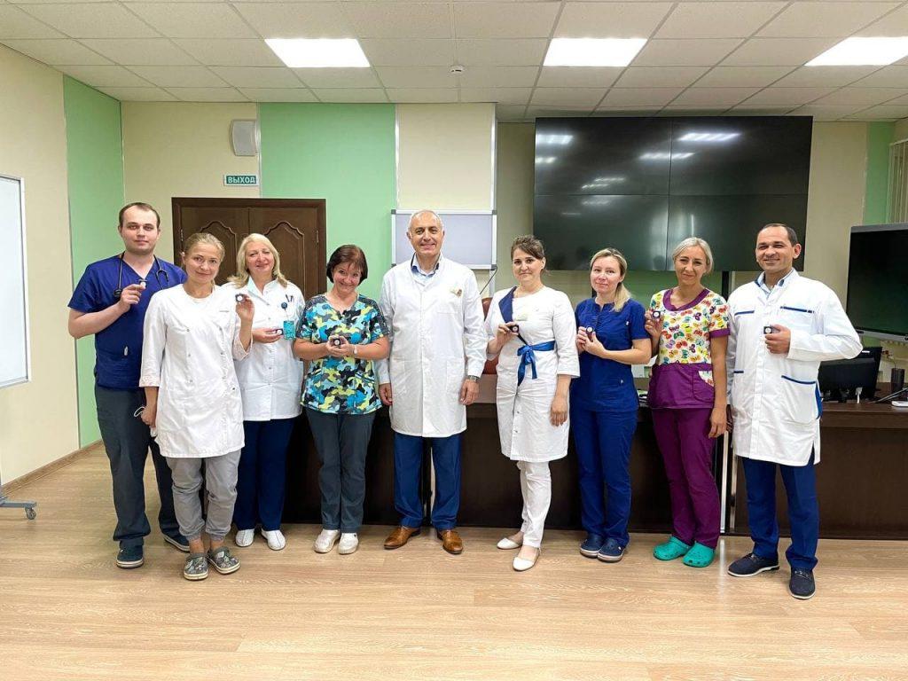 Сегодня на утренней конференции больницы мы вручили нашим сотрудникам нагрудные знаки «За мужество и доблесть в борьбе с COVID – 19»